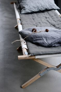 lit de camp militaire en bois. Black Bedroom Furniture Sets. Home Design Ideas